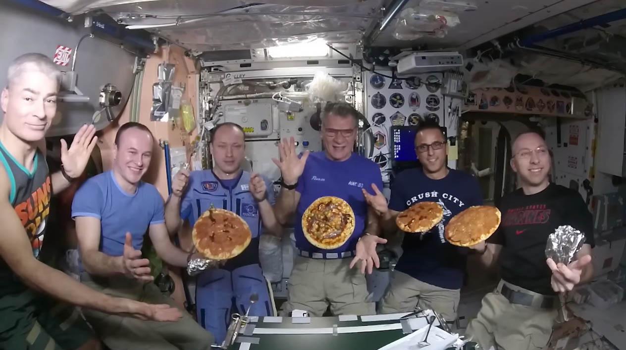 Astronautas comiendo
