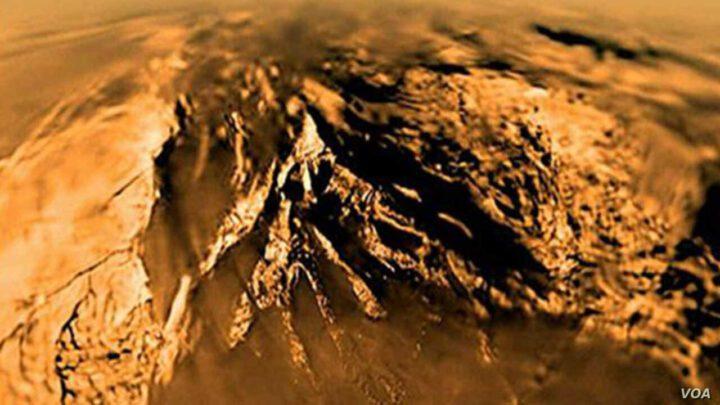 Titán montañas. Titán luna de Saturno